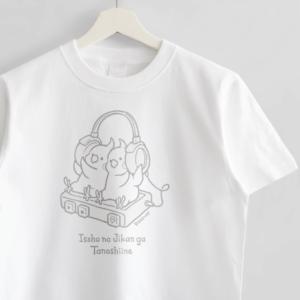 ヘッドフォンで音楽を聴くTシャツ